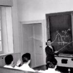 Un giovanissimo Franco Erdas (1956) fa lezione a quattro studenti anch'essi ultragiovani (di spalle, il secondo da sinistra, è Ugo Galassi